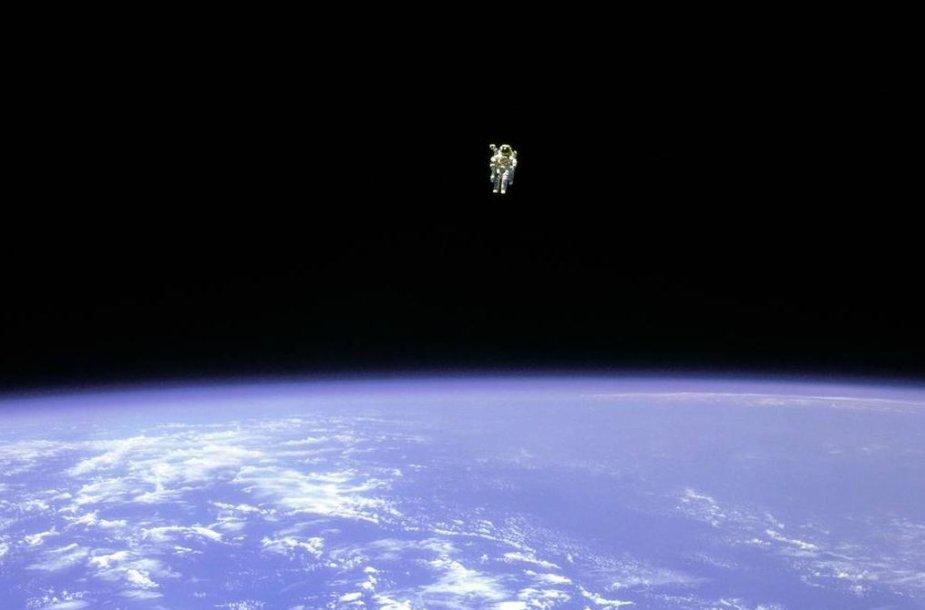 Pirmasis išėjimas į atvirą kosmosą neprisitvirtinus lynu