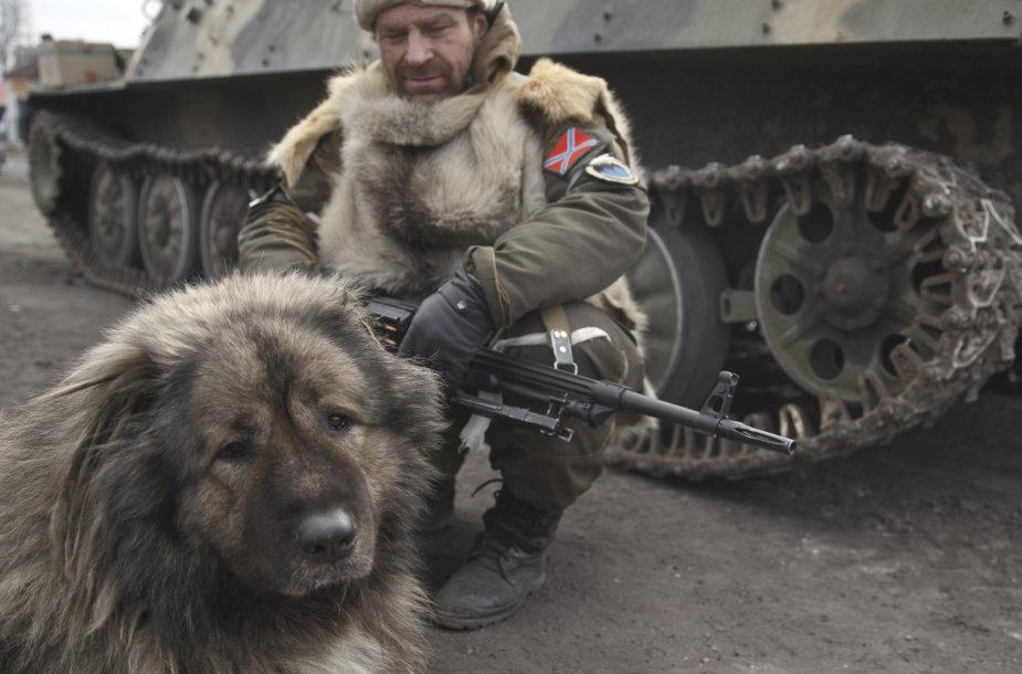 Separatistų smogikas su šunimi netoli Debalcevės
