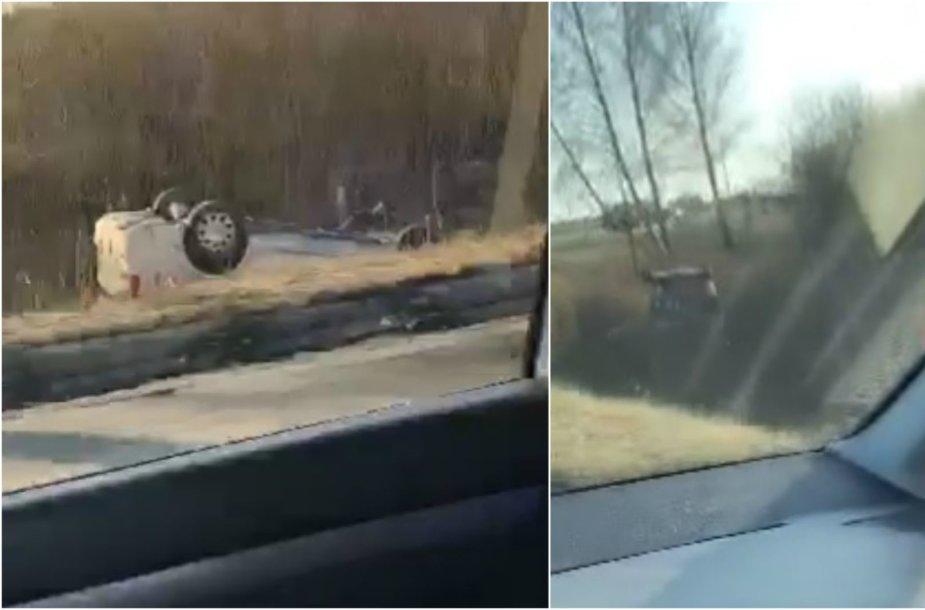 Kaune į griovį nulėkė ir vertėsi automobilis