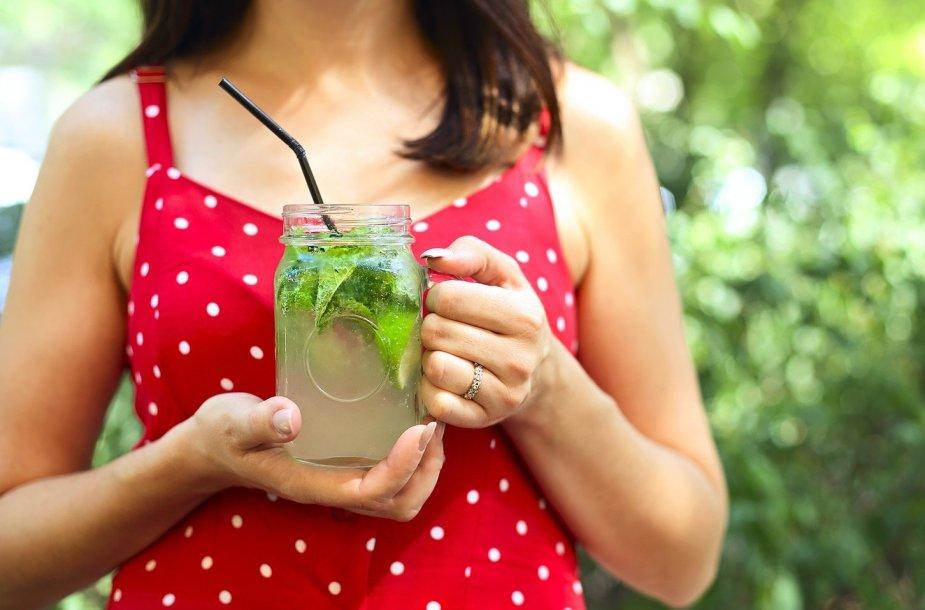Moteris su gaivinančiu kokteiliu