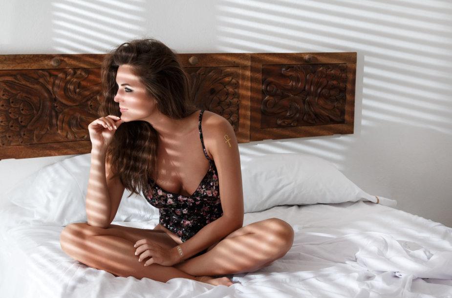 Mergina lovoje.