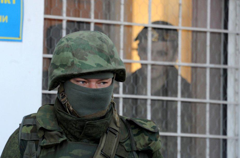 Rusijos diversantai Kryme tapo įrodymu, kad Maskva įgyvendinahibridinio karo strategiją.