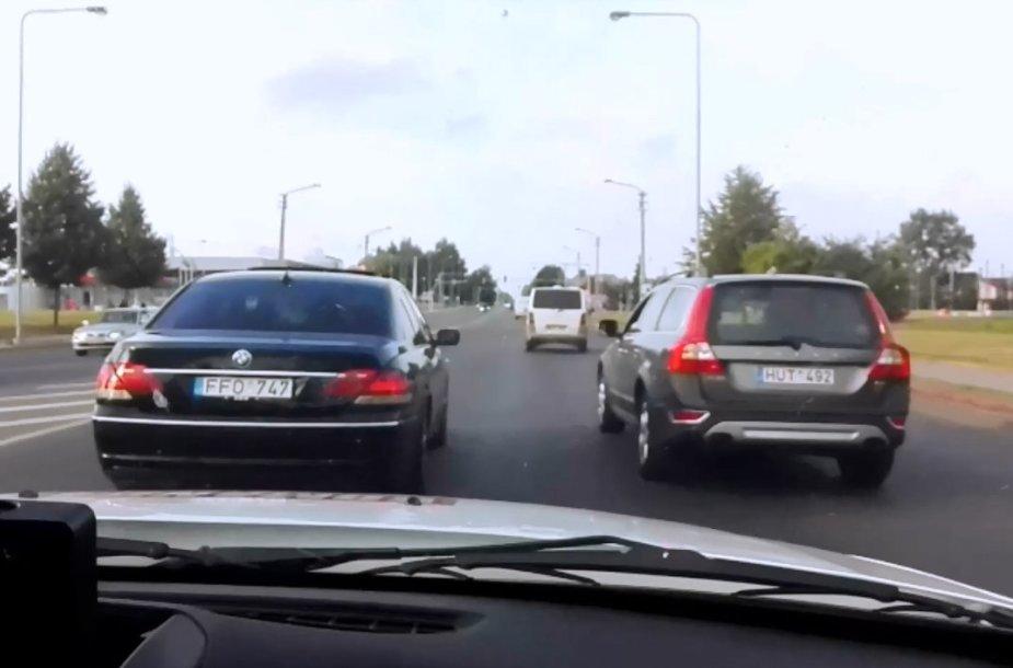 Dažna situacija: vairuotojai nepraleidžia apsaugos tarnybų automobilių