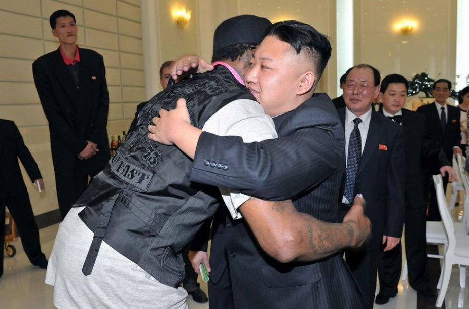 Denniso Rodmano ir Kim Jong Uno apsikabinimas