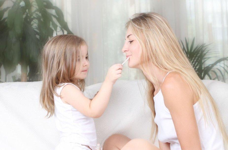 Dukra dažo lūpas mamai