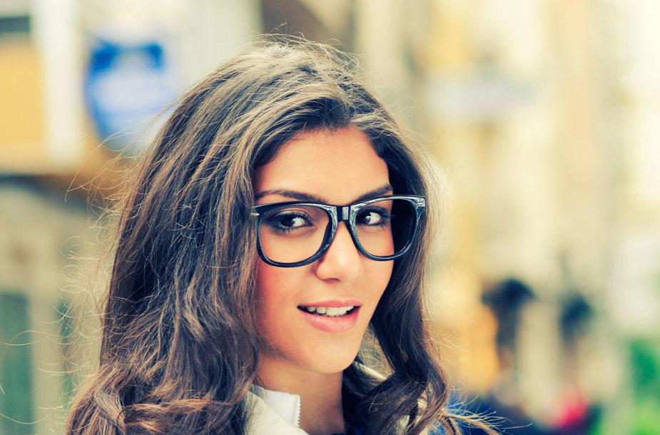 Subtilus makiažas merginos, nešiojančios akinius