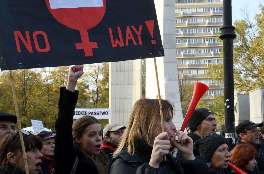 Per Lenkiją ritasi nauja protestų banga dėl planų suvaržyti moterų teisę nutraukti nėštumą