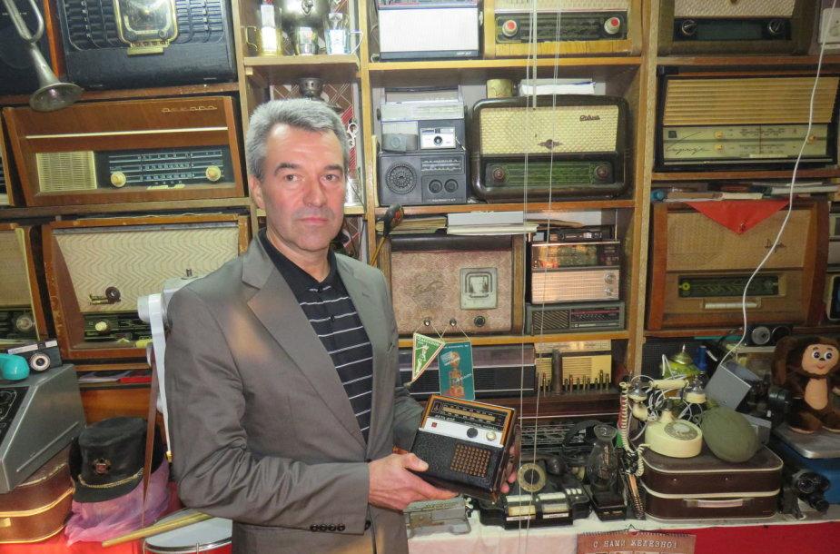 Radijo aparatų ir sendaikčių kolekcija