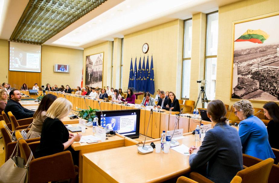 Seime – diskusija, kaip geriausia užtikrinti moterų ir vyrų lygybę darbe