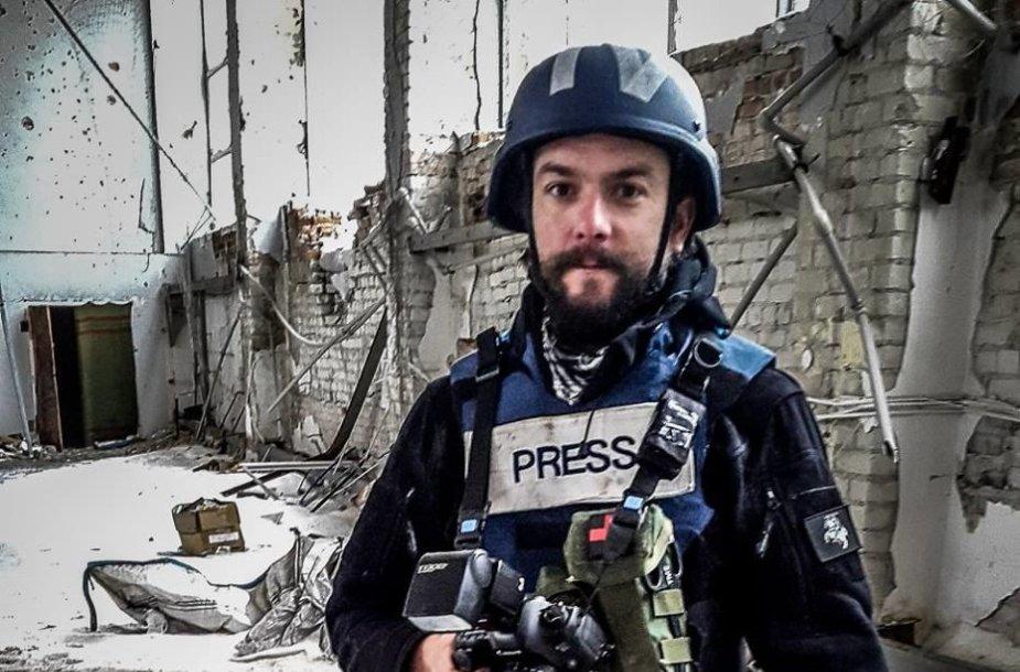 Fotožurnalistas Vidmantas Balkūnas rengia reportažą iš Ukrainos karo priešakinių apkasų