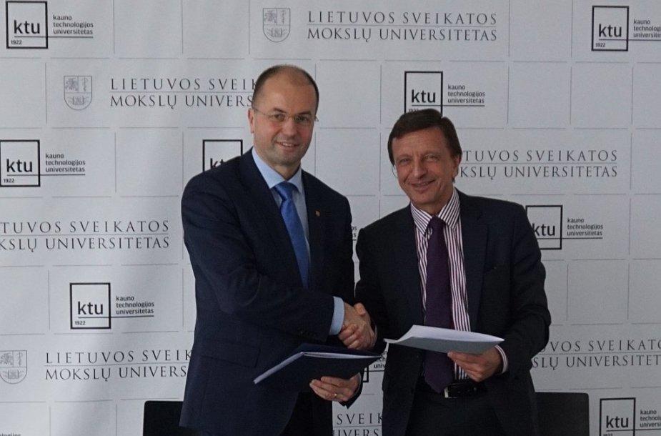 LSMU rektorius Remigijus Žaliūnas ir KTU rektorius Petras Baršauskas pasirašė sutartį