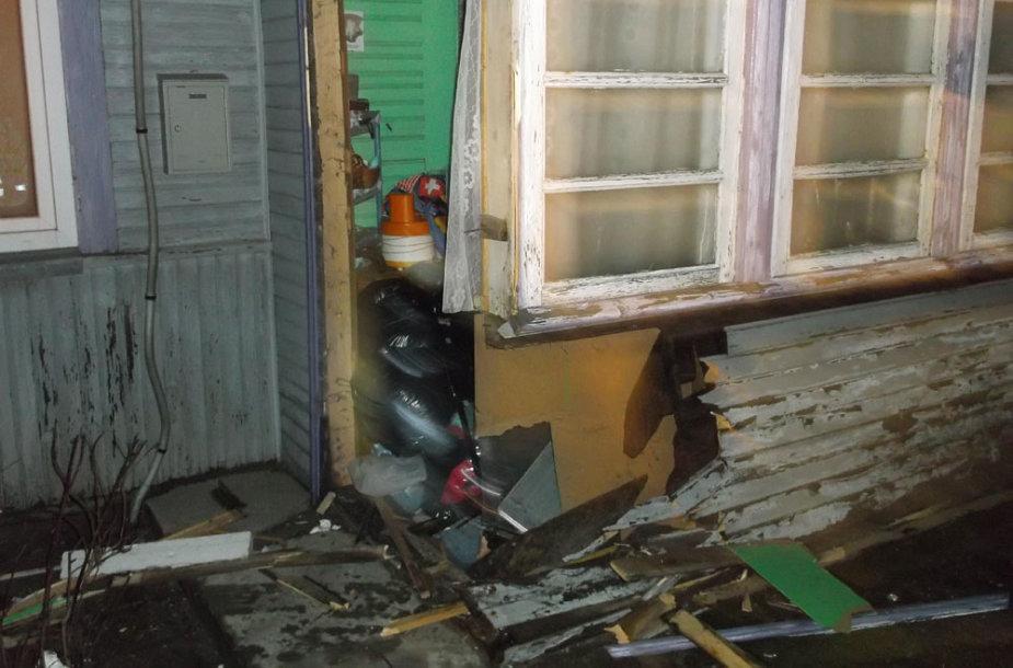 Namo, į kurį įvažiavo automobilis, veranda