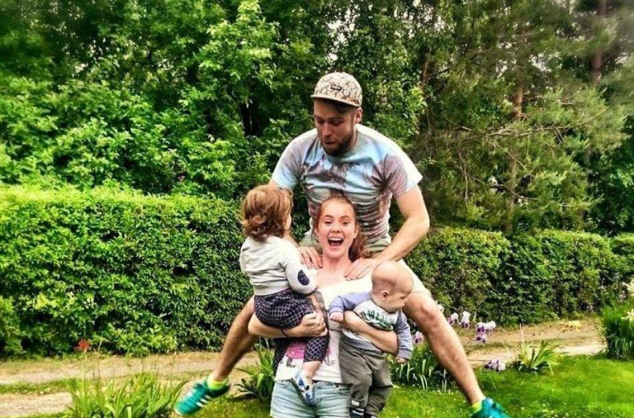 Ieva Kačinskaitė-Urbonienė su vyru Simonu ir vaikais