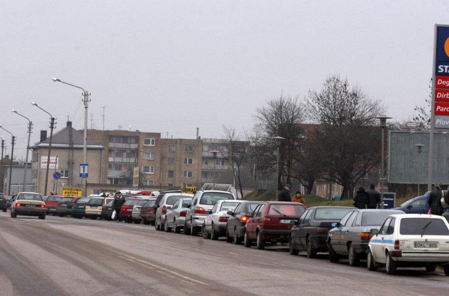 Automobiliai prie Aleksoto turgaus