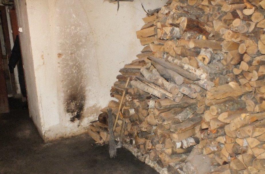 Užsidegus malkoms, gaisras kilo namo rūsyje