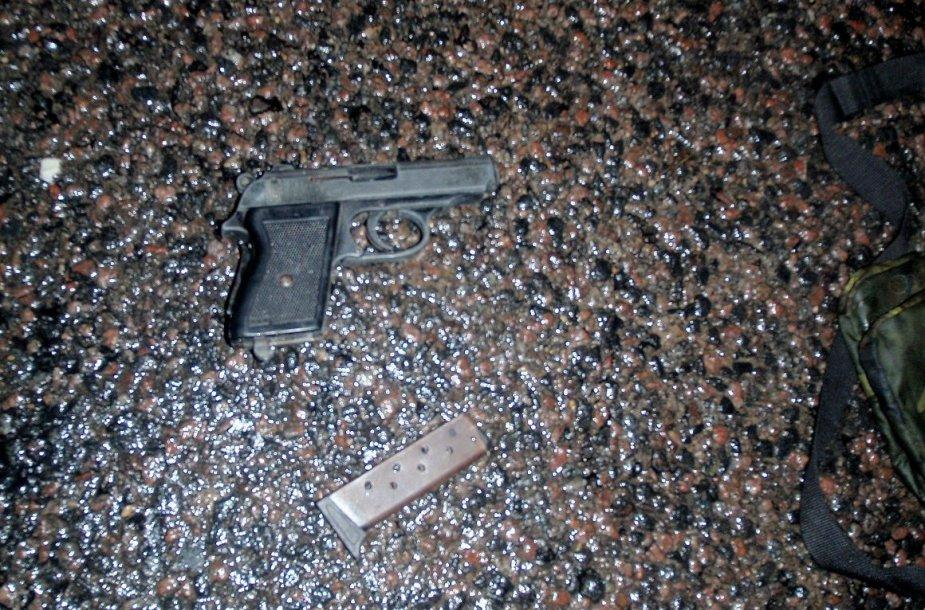 Įvykio vietoje, sudaužytame automobilyje, rastas ginklas