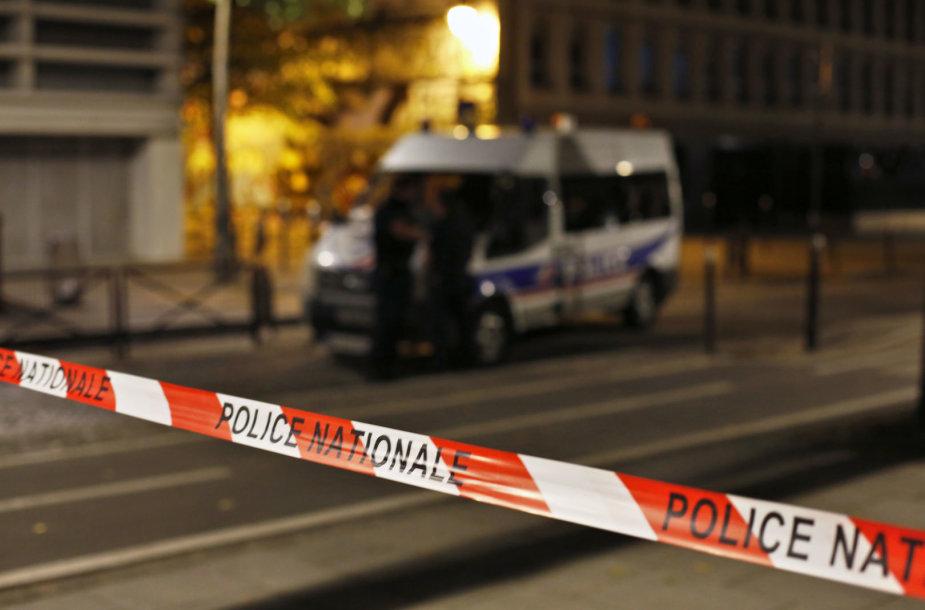 aryžiujeper strypu ir peiliu ginkluoto užpuoliko ataką sužeisti septyni žmonės