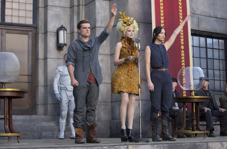 """Jennifer Lawrence, Elizabeth Banks ir Joshas Hutchersonas filme """"Bado žaidynės. Ugnies medžioklė"""""""
