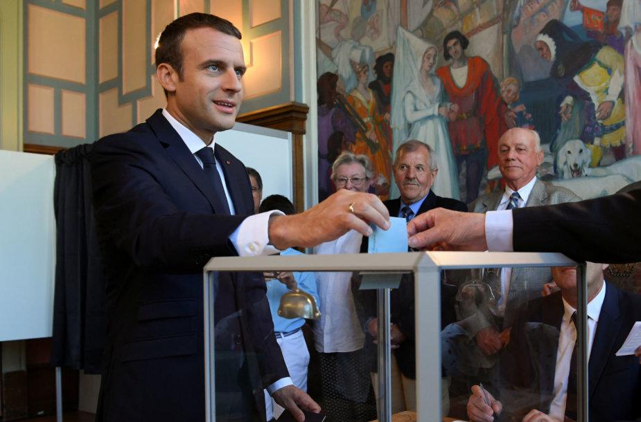 Emmanuelis Macronas balsuoja rinkimuose