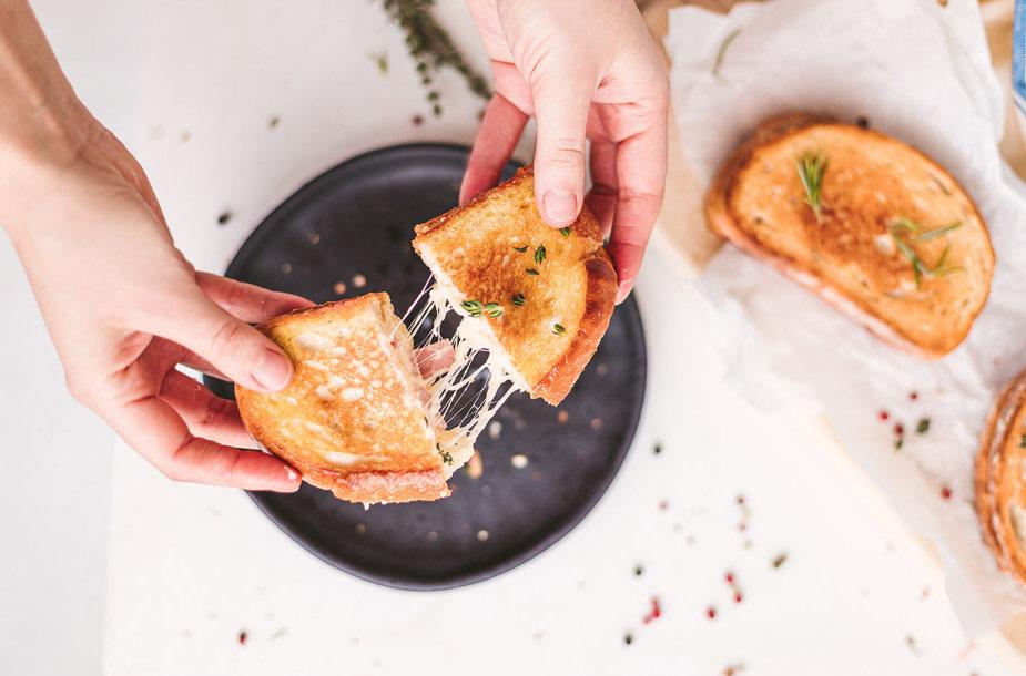 Keptas sūrio ir kumpio sumuštinis