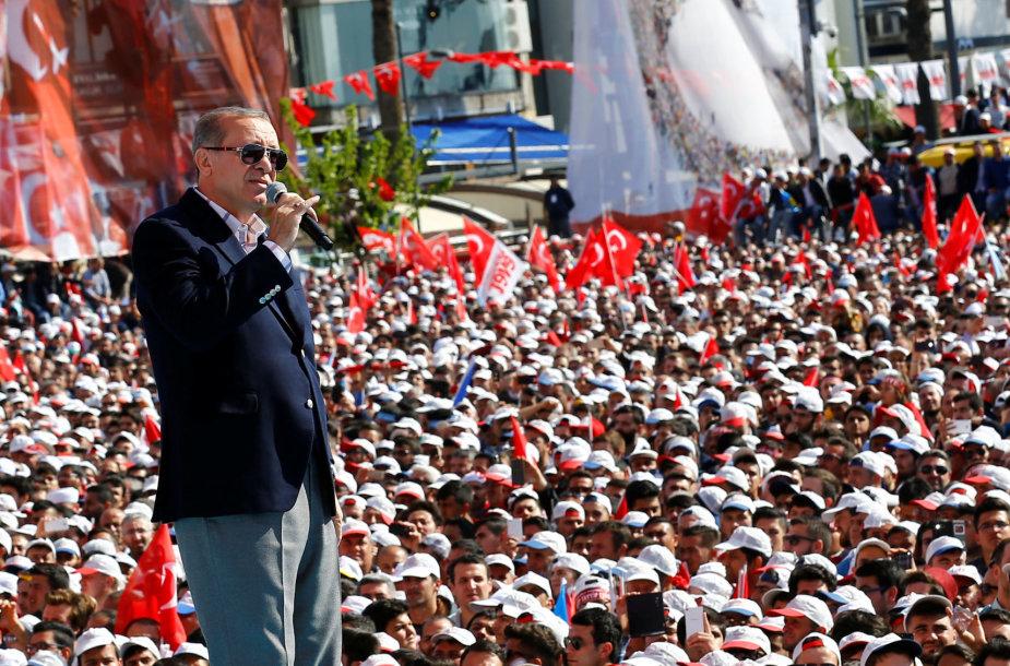 R.T.Erdoganas ragina savo rėmėjus balsuoti už konstitucines pataisas