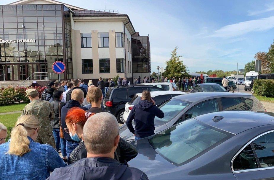 Besiskiepijančių eilė prie Tauragės kultūros centro