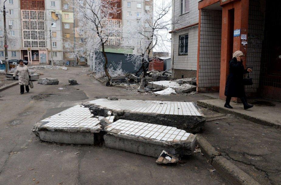 Donecke per apšaudymus artilerijos sviediniais apgadintas daugiabutis