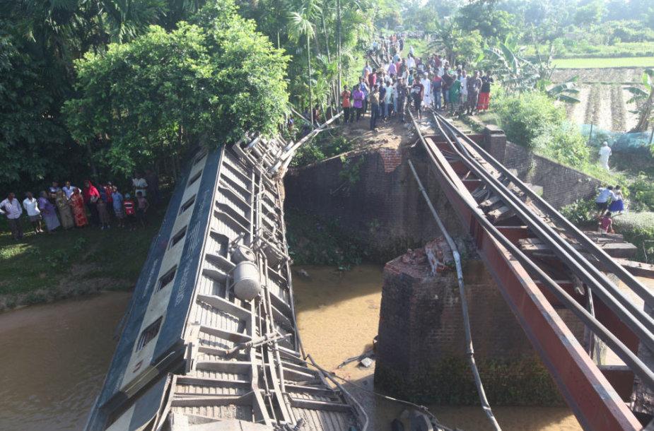 Bangladeše sugriuvo tiltas
