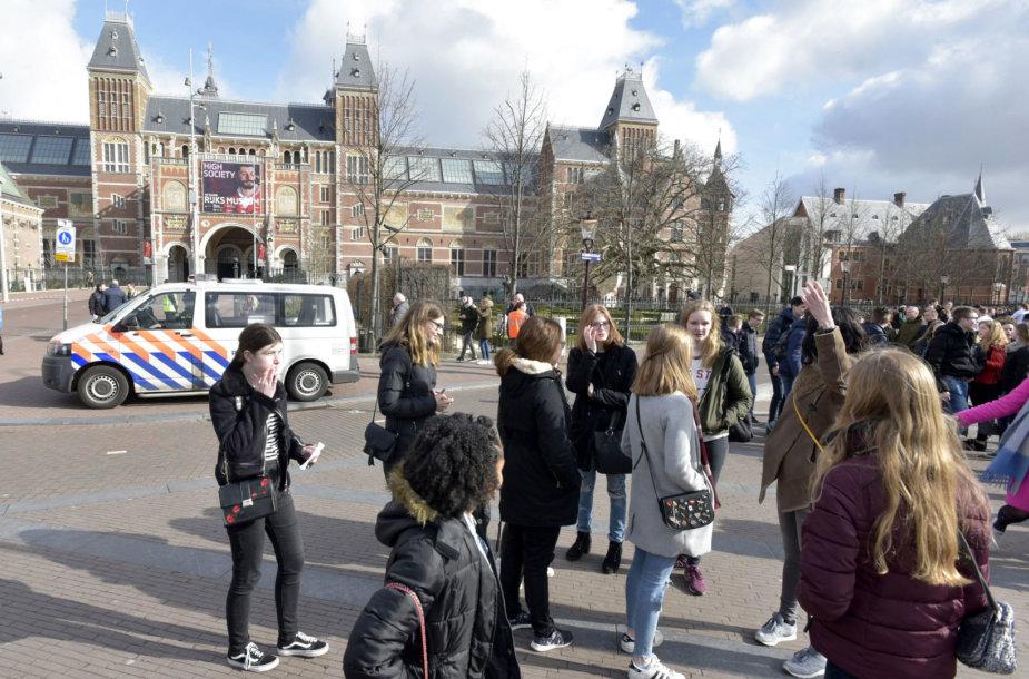 Turistai prie Amsterdamo Valstybinio muziejaus
