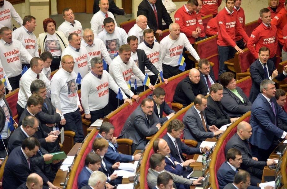 """Po balsavimų Ukrainos opozicijos deputatai šaukia """"gėda"""""""