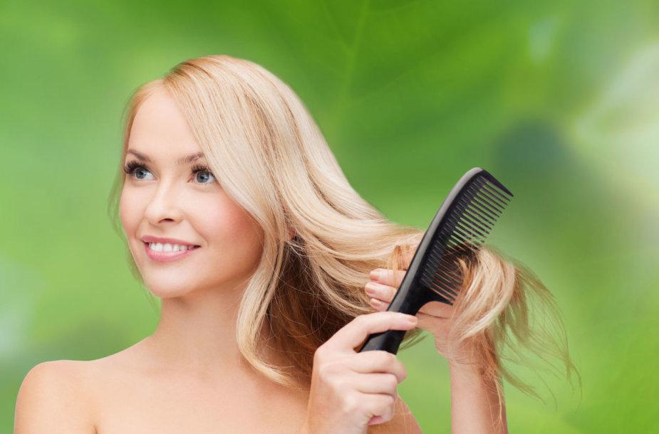 Mergina šukuojasi plaukus retomis šukomis
