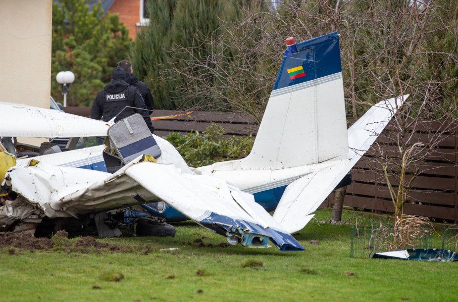 Noreikiškėse į gyvenamo namo kiemą nukrito lėktuvas