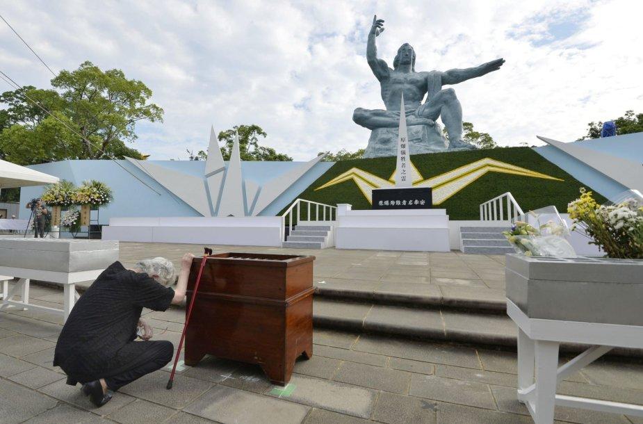 Japonė gedi prie aukų pagerbimo paminklo Nagasakyje