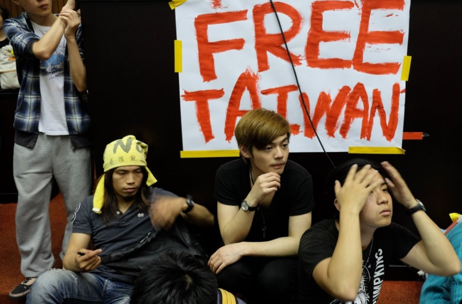 Per 200 protestuotojų, daugiausia – jaunų studentų, antradienį užėmė pagrindinę Taivano parlamento salę.