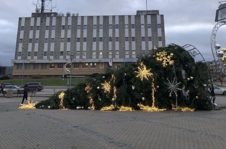 Mažeikiuose vėjas nuvertė Kalėdų eglutę