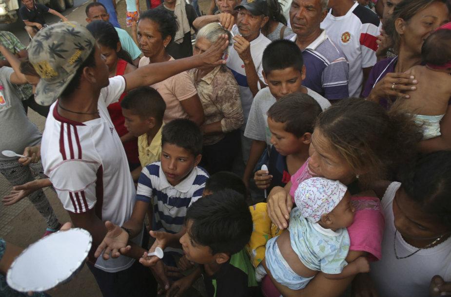 Alkani ir netekę vilties venesueliečiai plūsta į Braziliją