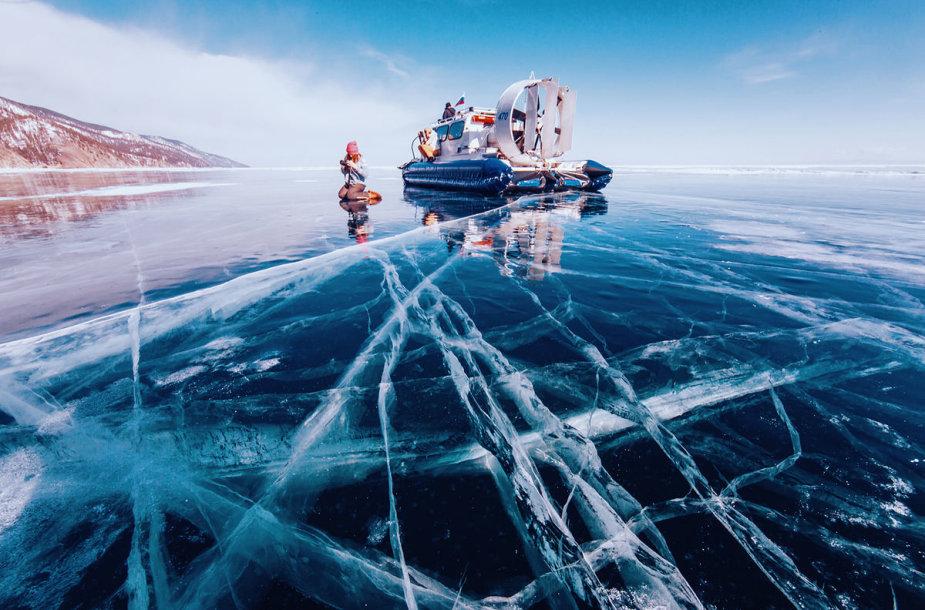Kerintis užšalusio Baikalo grožis
