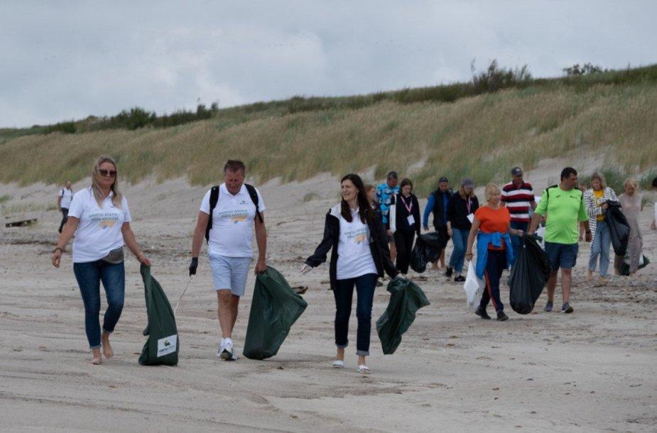 Kuršių nerijoje rinktos atliekos, kurias bangos išmetė iš Baltijos jūros
