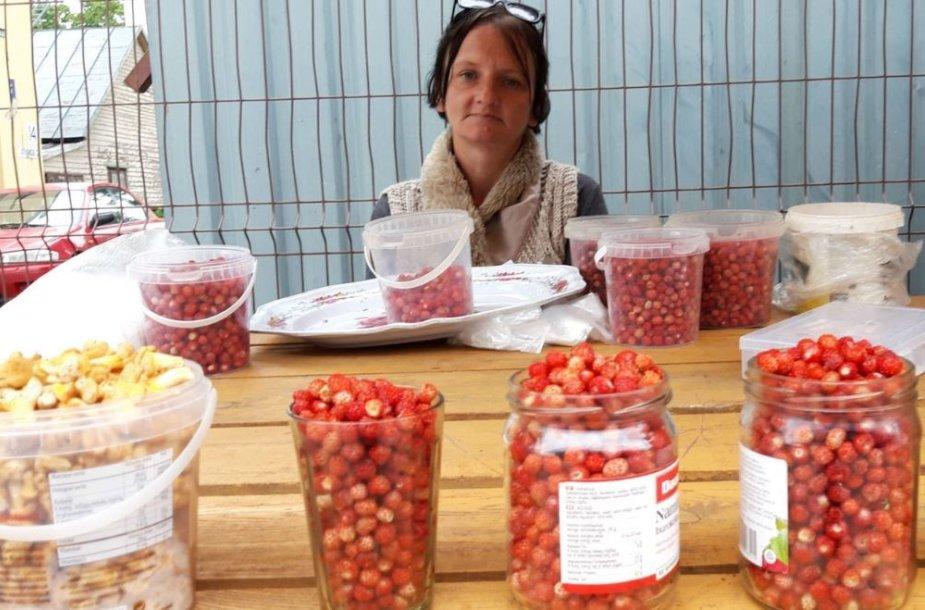 1Jotvingių turguje parduoda žemuoges ir voveraites Inga Slavinskienė iš Nemunaičio krašto.