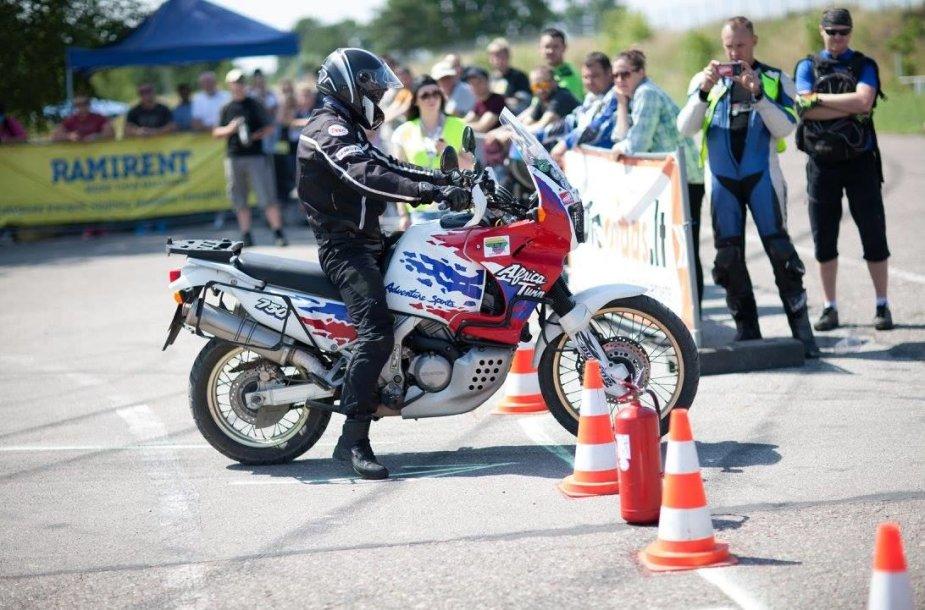 """Pirmąkart """"Moto Fiestoje"""" – vairavimo instruktorių ir elektrinių motociklų varžybos"""