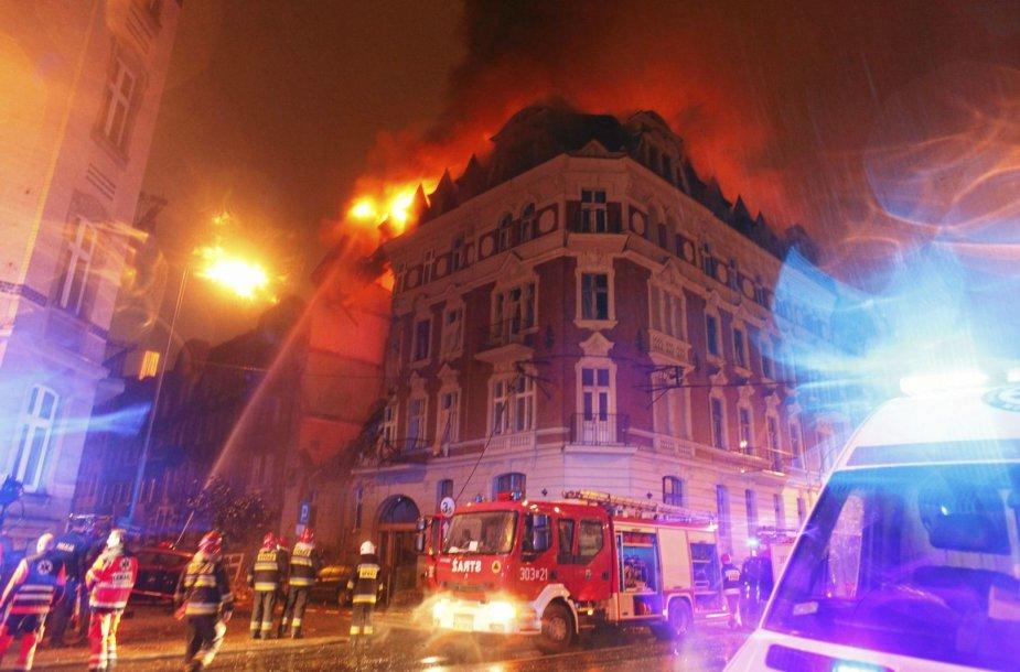 Po sprogimo kilęs gaisras name Katovicuose