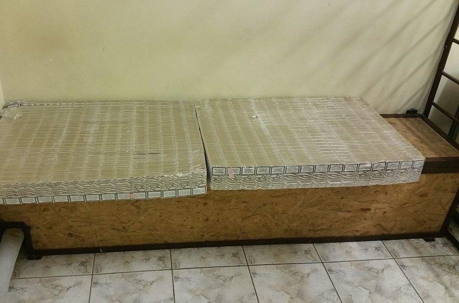 Šaltukas pasitarnauja kontrabandininkams: Nerimi po ledu gabeno 1,5 tūkst. cigarečių pakelių