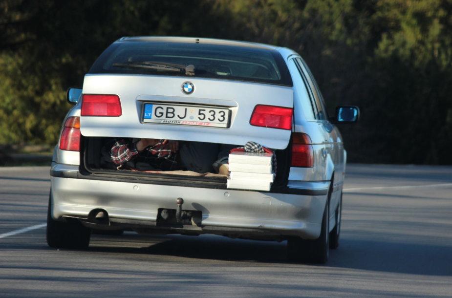 BMW su keleiviu bagažinėje
