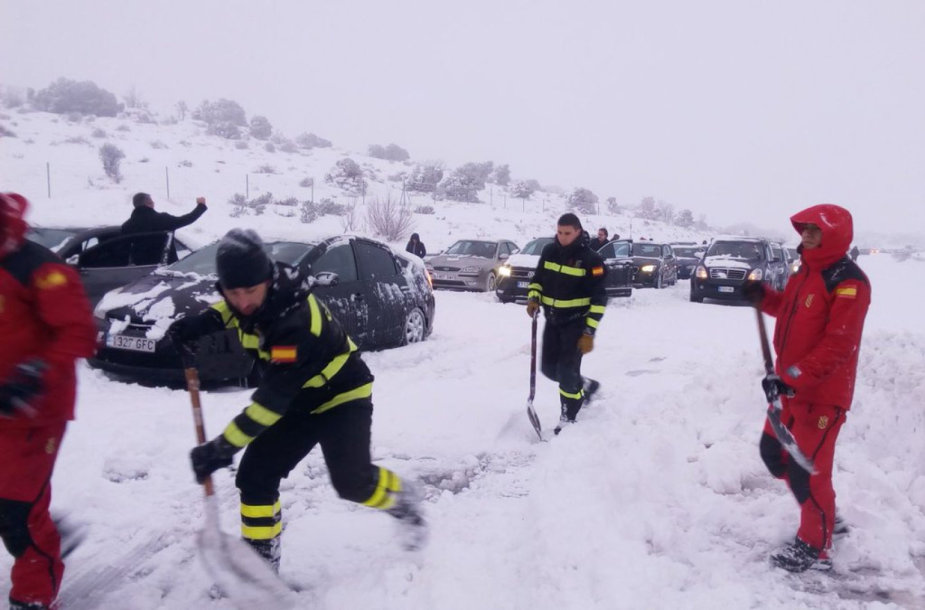 Ispanijos keliuose į pagalbą vairuotojams atėjo kariai.