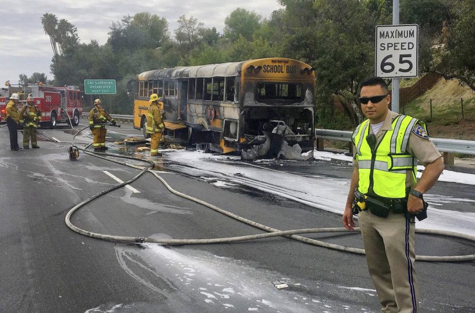 Los Andželo greitkelyje užsidegė mokyklinis autobusas