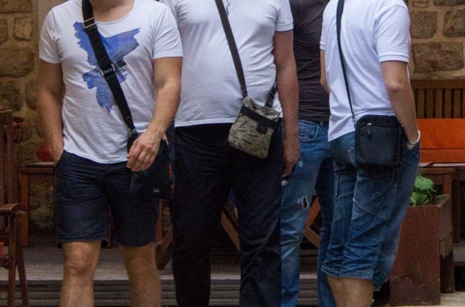 Vyrai su rankinėmis