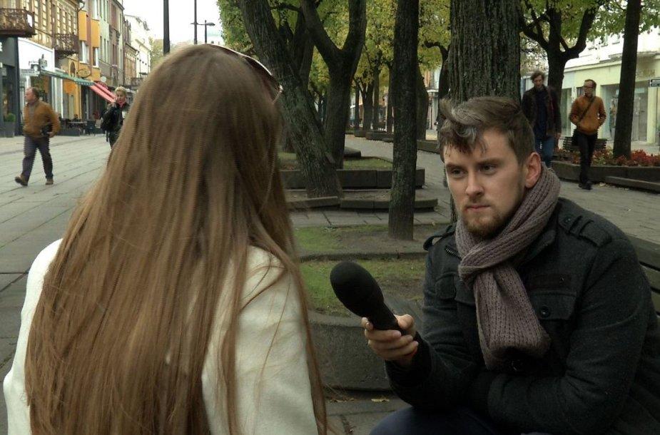 Žurnalistas kalbina nukentėjusiąją