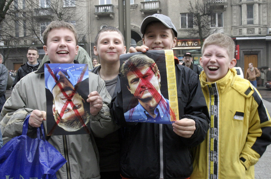 2004 metų balandžio 6-ąją prie Seimo rūmų susirinkę žmonės laukia Seimo sprendimo – ar nušalinti prezidentą Rolandą Paksą iš pareigų.
