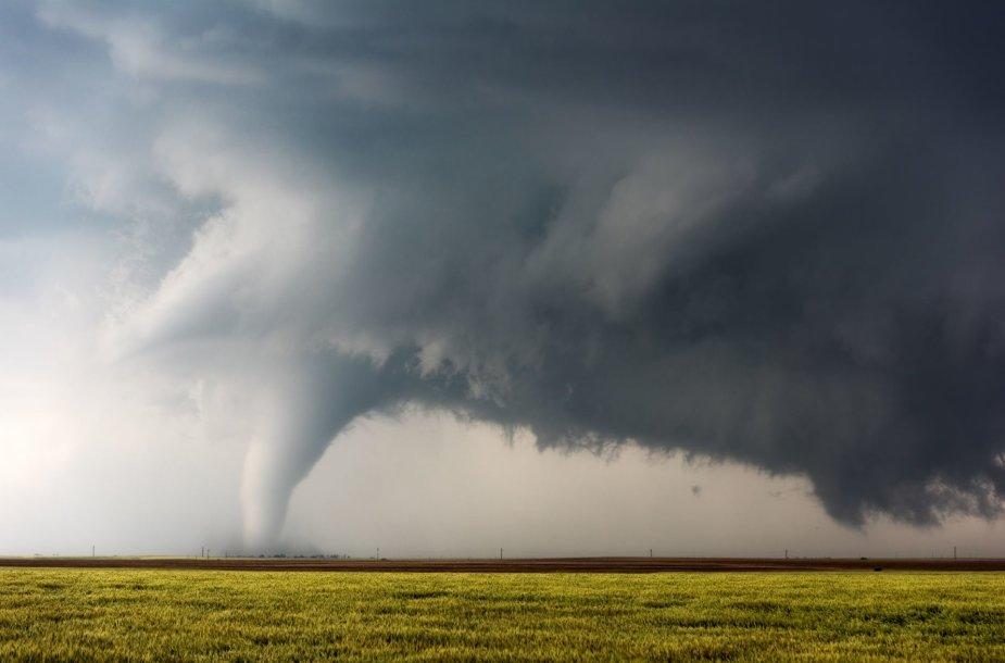 Drąsi fotosesija greta besiartinančio tornado Kanzase