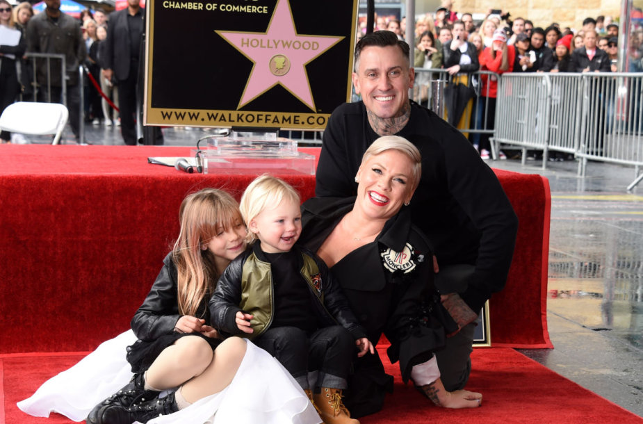 Pink su vyru Carey Hartu ir vaikais